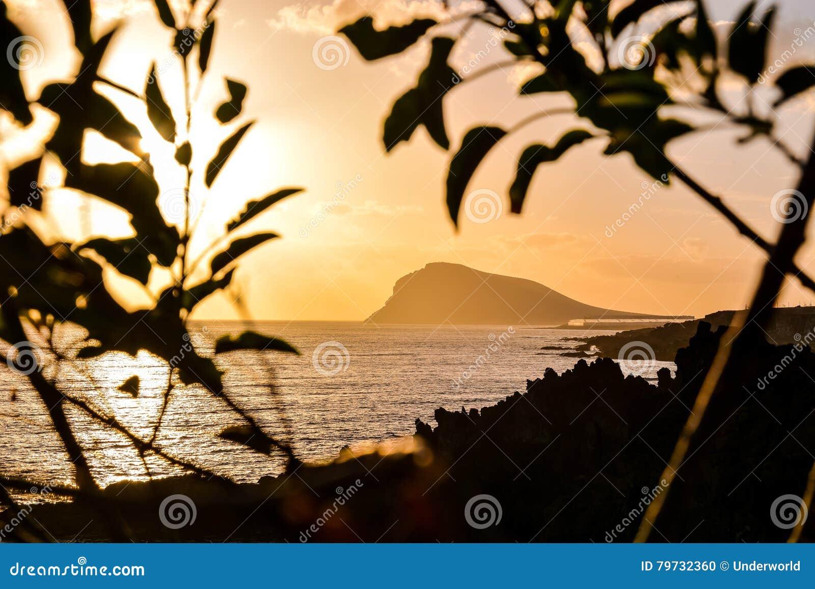 Puesta del sol tropical del mar