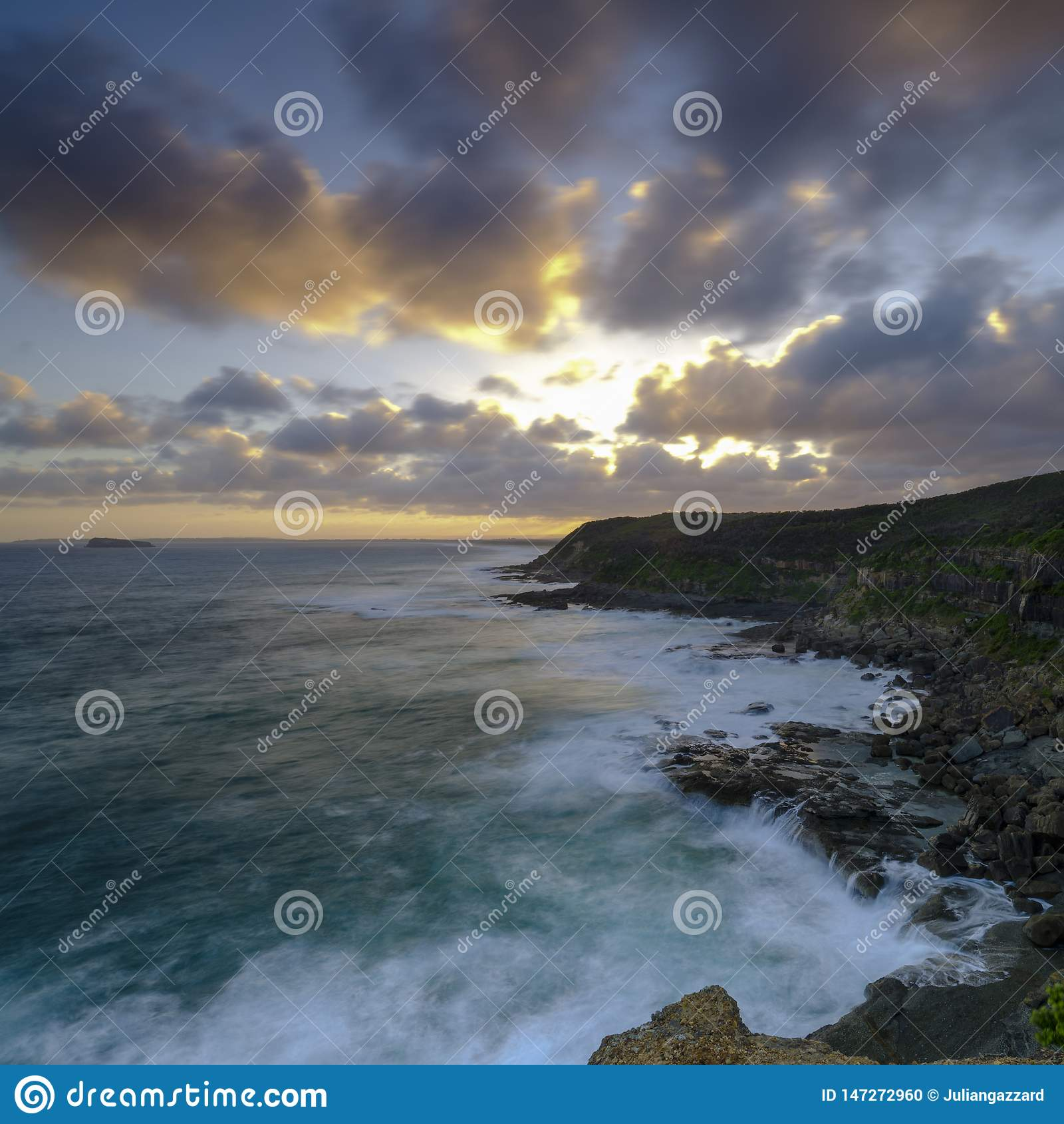 Puesta del sol del verano de la cabeza en el área de la protección del estado de Munmorrah, costa central, NSW, Australia de Wybu