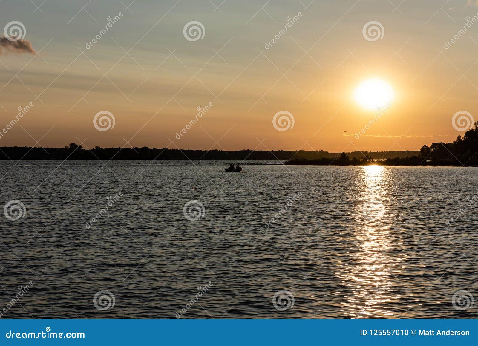 Puesta del sol del verano en el lago whitefish en Minnesota central