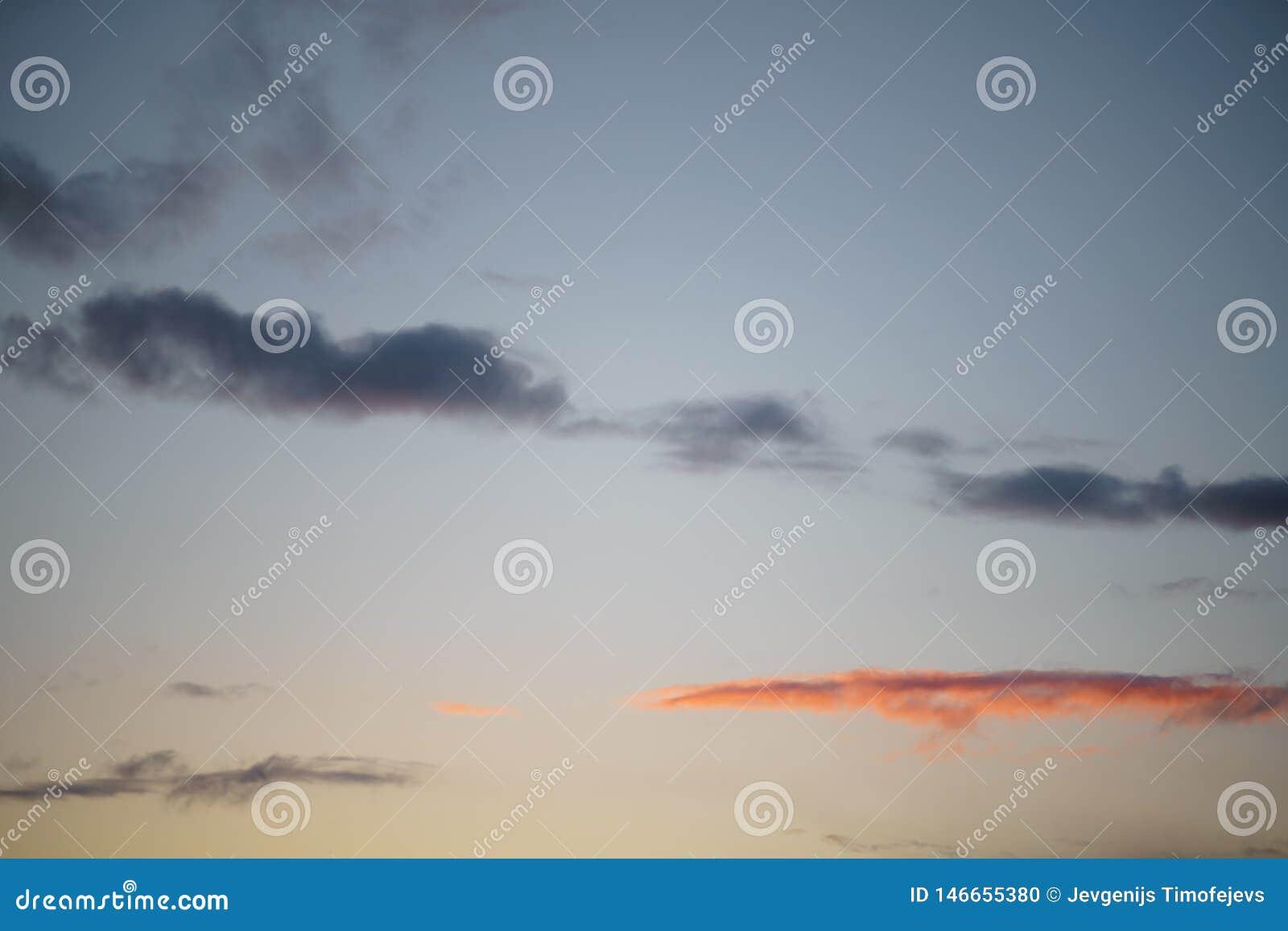 Puesta del sol viva rosada con un molino en el fondo - nubes lluviosas que asumen el control en este paisaje hermoso del paisaje