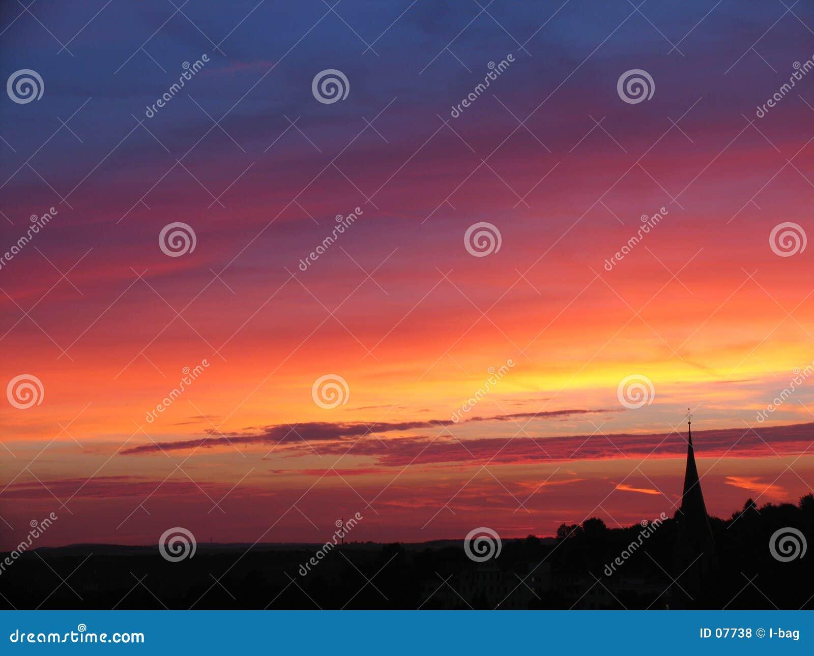 Puesta del sol y iglesia