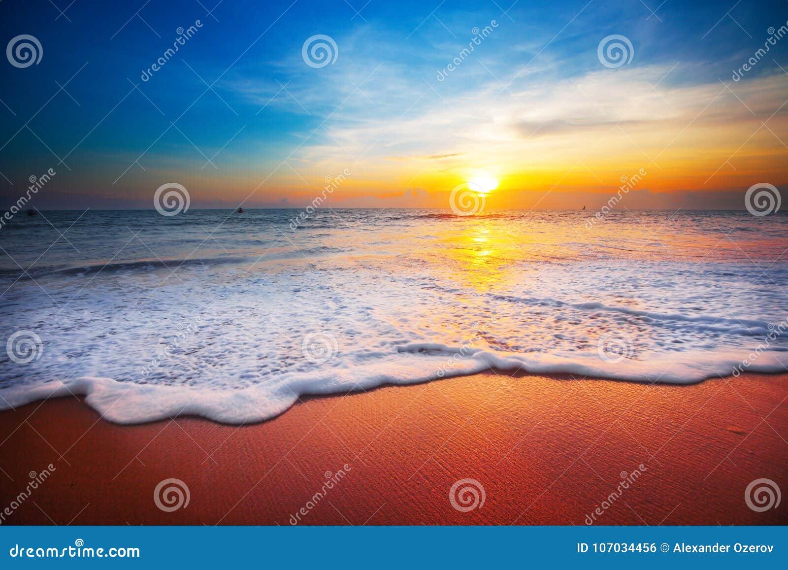 Puesta del sol y mar