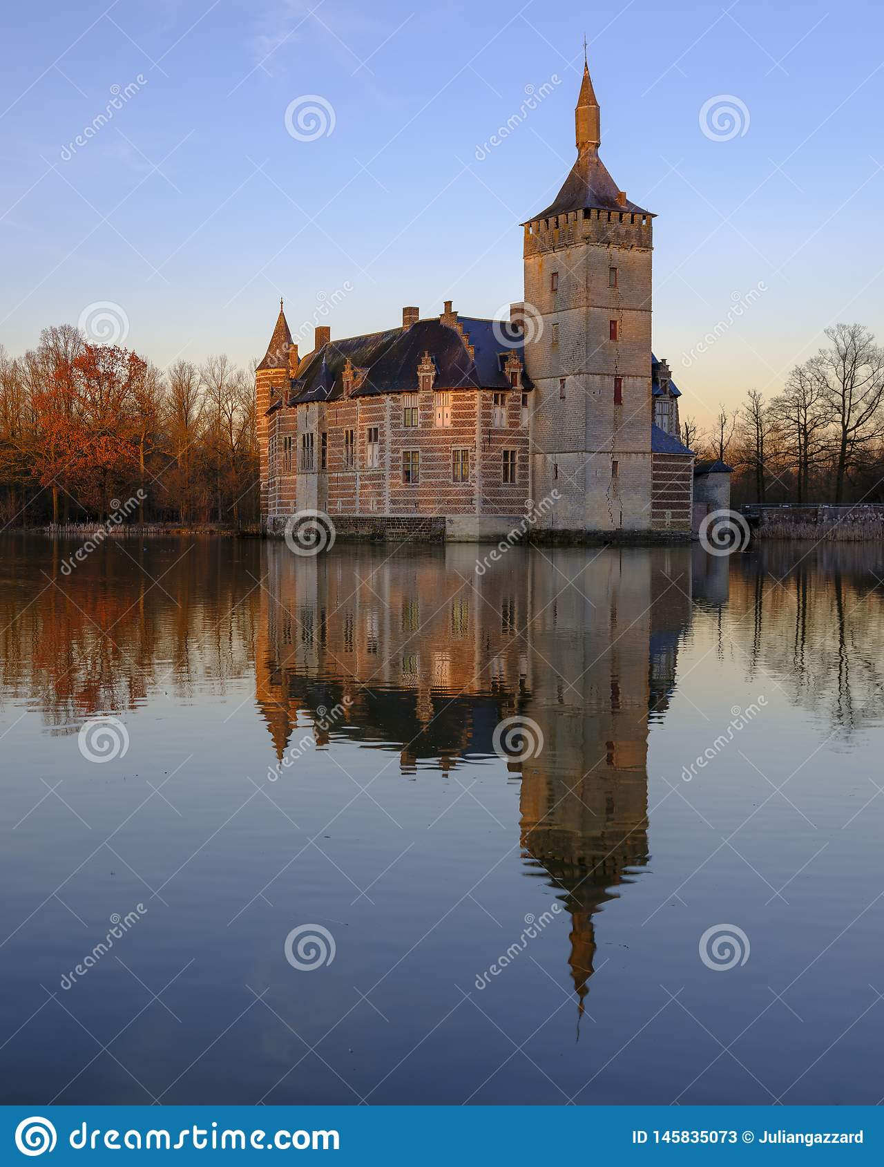 Puesta del sol y reflexiones tranquilas Kasteel van Horst cerca de Holsbeek, Vlaanderen, Bélgica