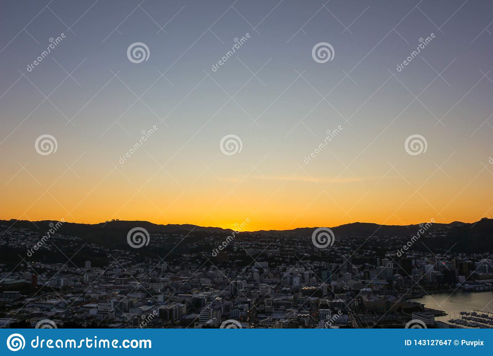 Puesto de observación de Victoria del soporte, tomado durante puesta del sol con una opinión hermosa del paisaje urbano en Wellin