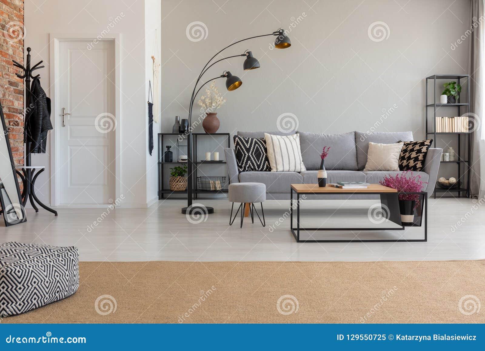Puff Auf Teppich Im Geraumigen Flachen Innenraum Mit Lampe Nahe Bei