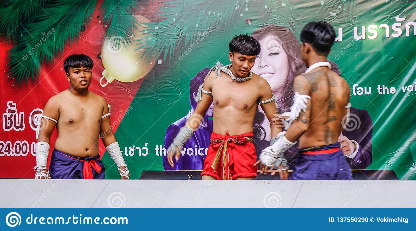 Pugili tailandesi che fanno esercizio sulla fase