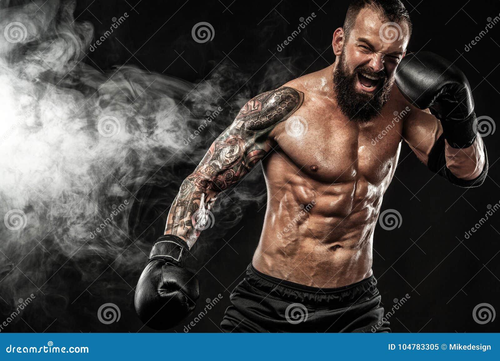 Pugilista tailandês muay do desportista que luta no fundo preto com fumo Copie o espaço Conceito do esporte