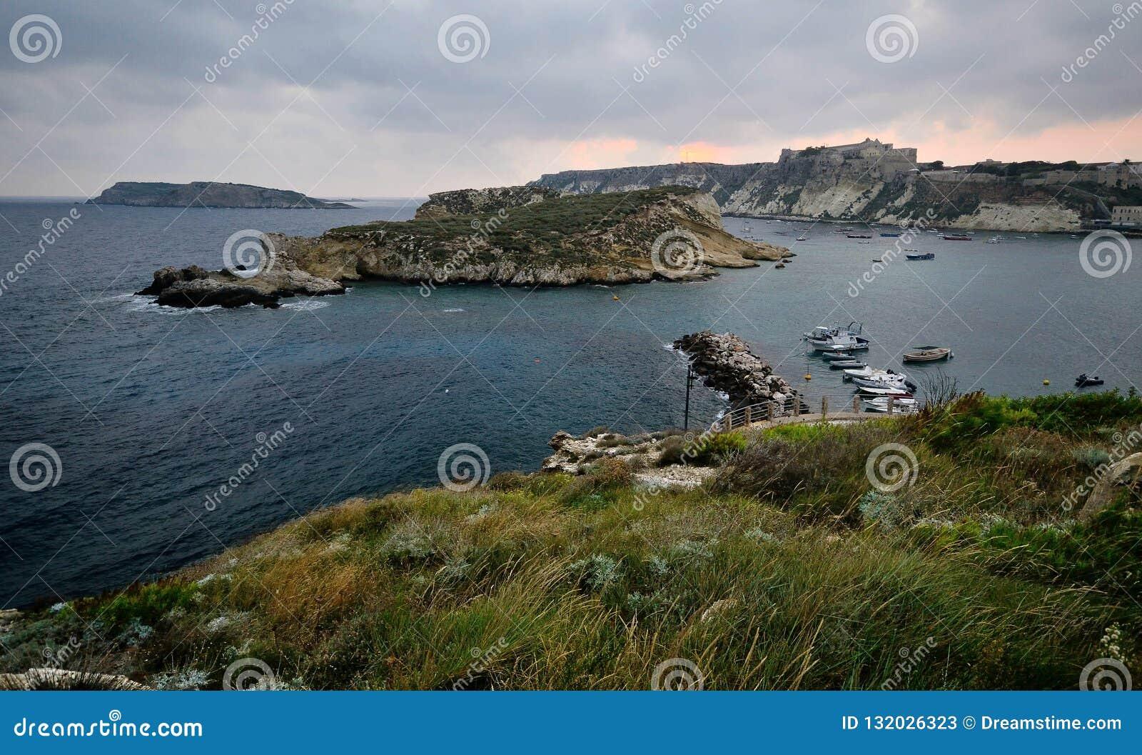 Puglia, Włochy, August2018, Tremiti wyspy przy świtem