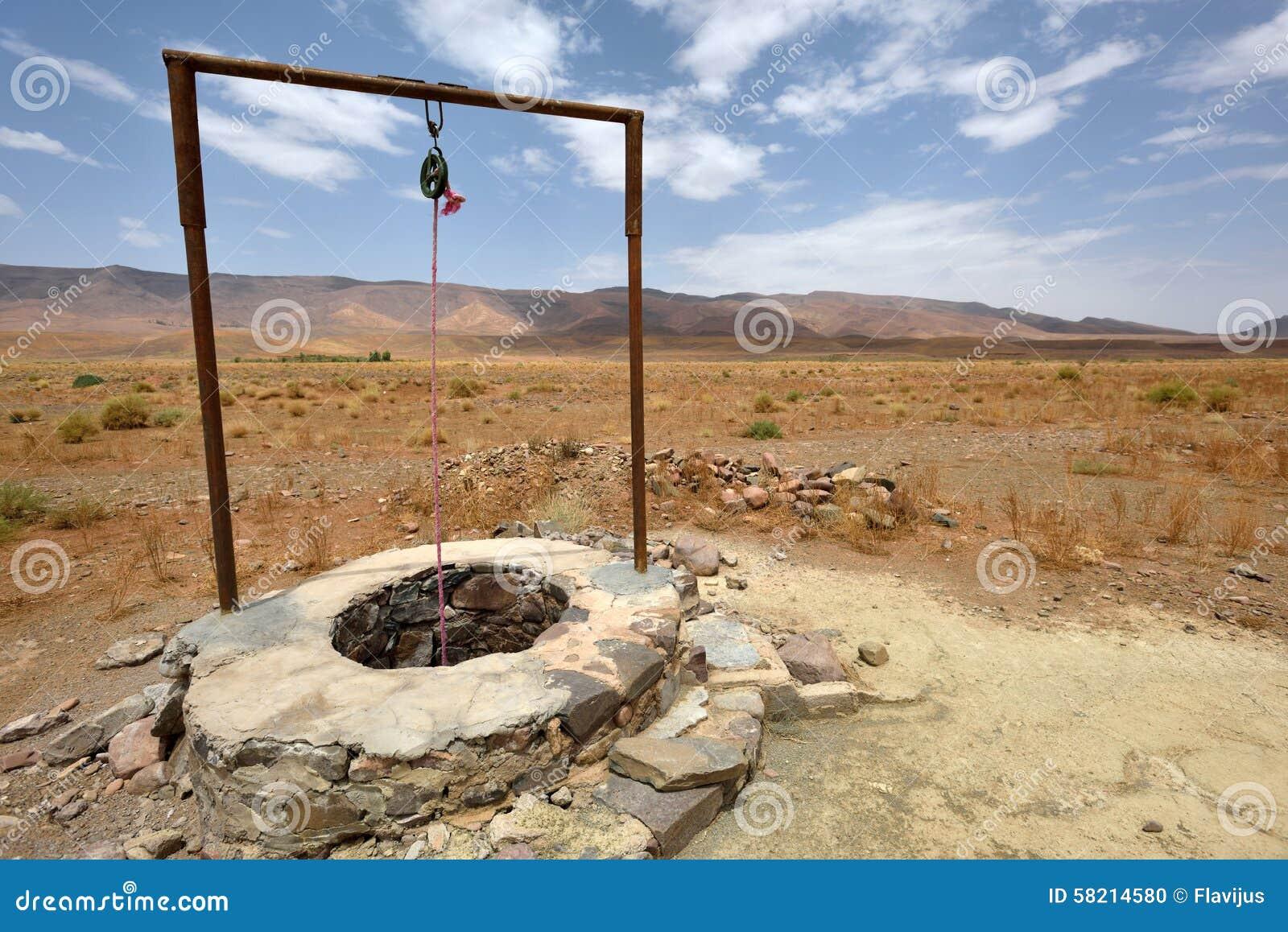 puits d 39 eau en sahara desert maroc photo stock image 58214580. Black Bedroom Furniture Sets. Home Design Ideas