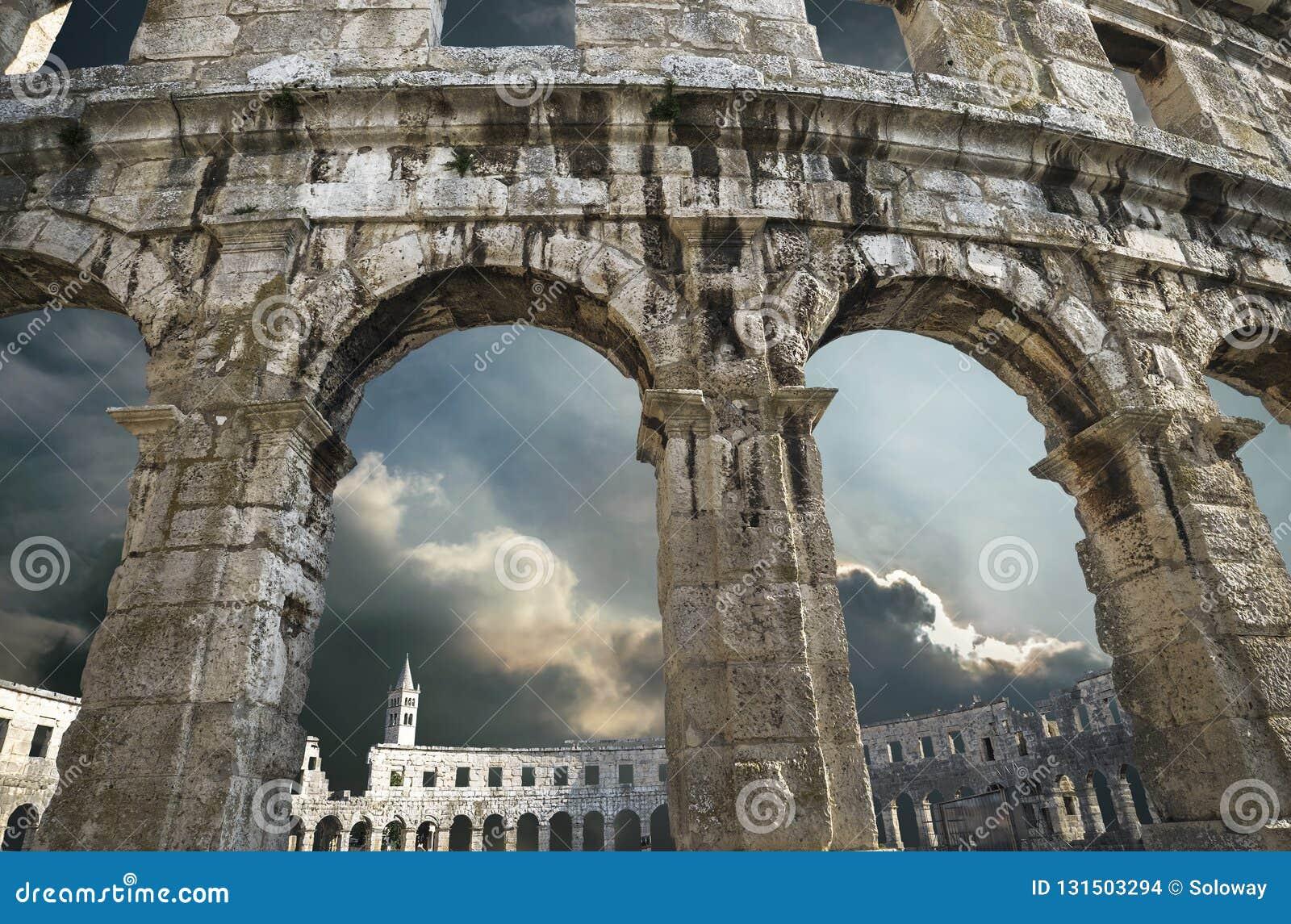 Pula amphitheatre wysklepia z grzmotu nieba tłem