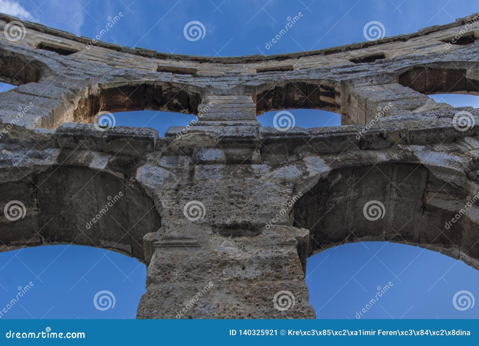Pula, Chorwacja, łuki amfiteatr przeciw niebieskiemu niebu