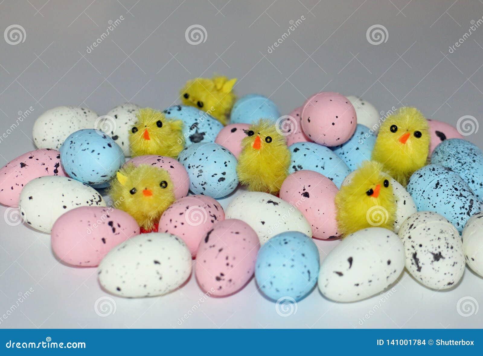 Pulcini di Pasqua su un mucchio delle uova