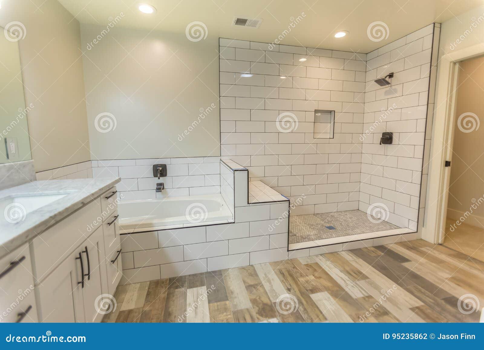 Pulisca il bagno spazioso della camera da letto principale con i pavimenti della doccia e della - Vasca da bagno in camera ...