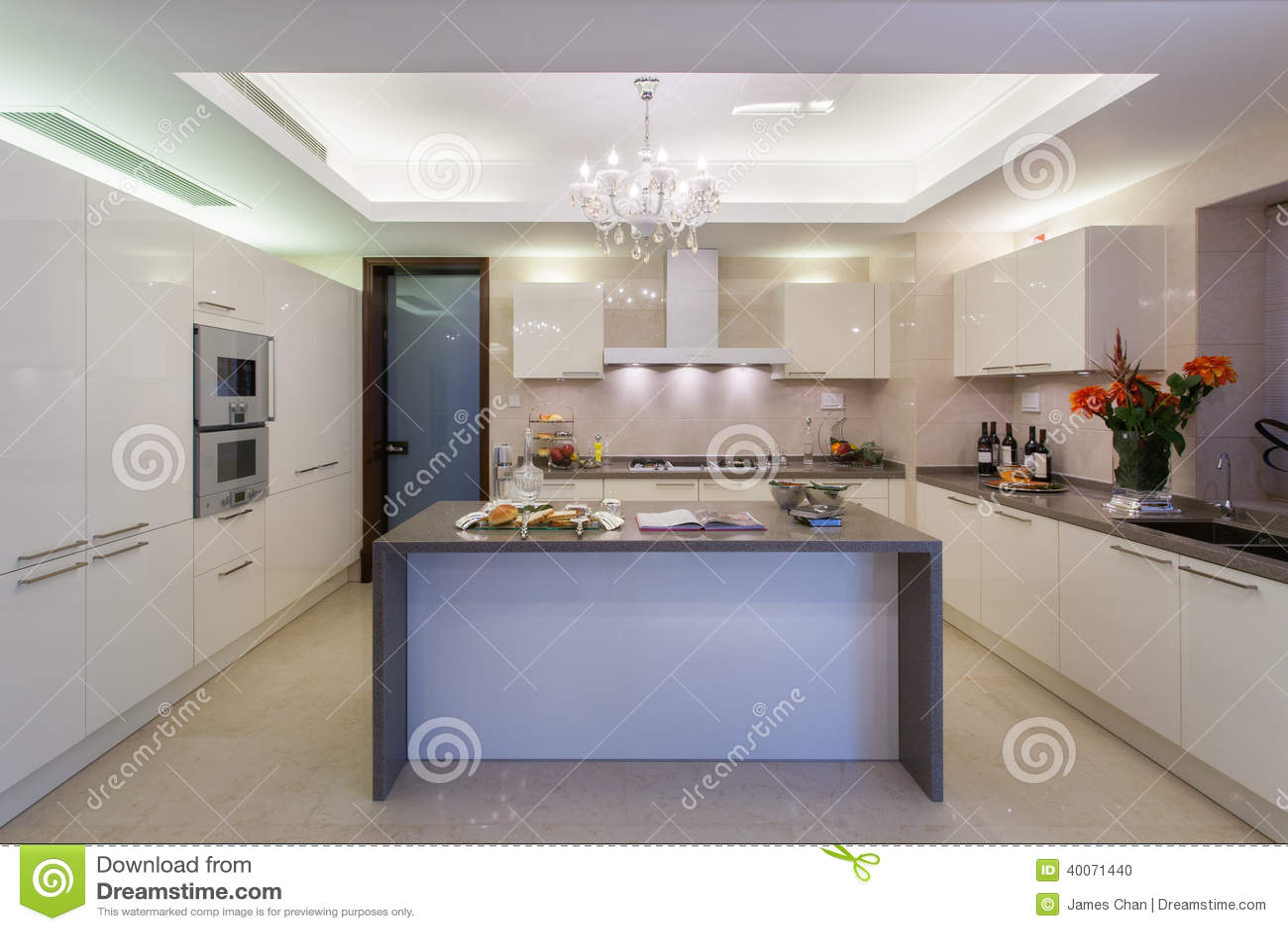 Pulisca La Cucina Moderna Bianca Fotografia Stock - Immagine ...