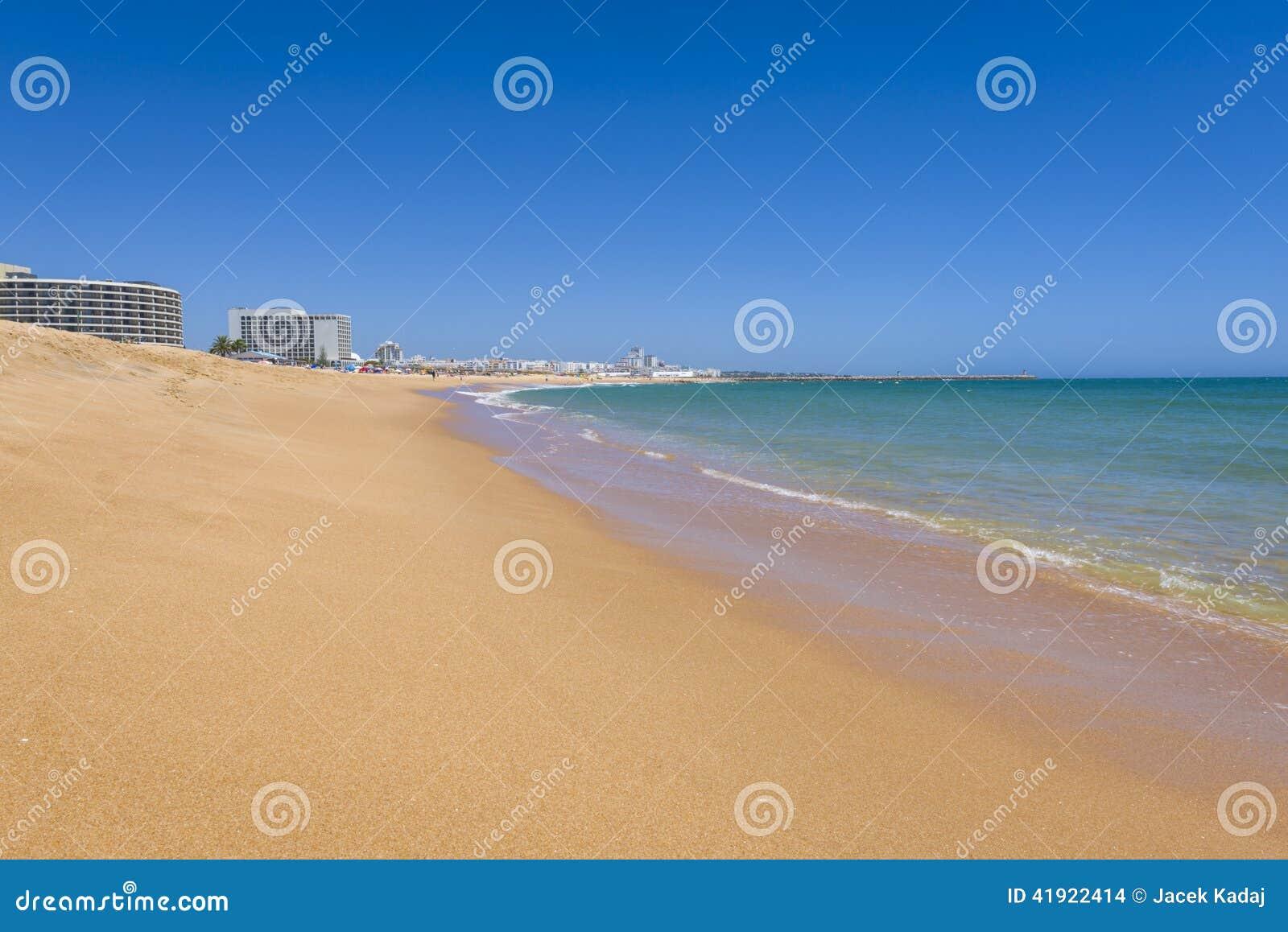 Pulisca la spiaggia nella localit di soggiorno di for Soggiorno portogallo