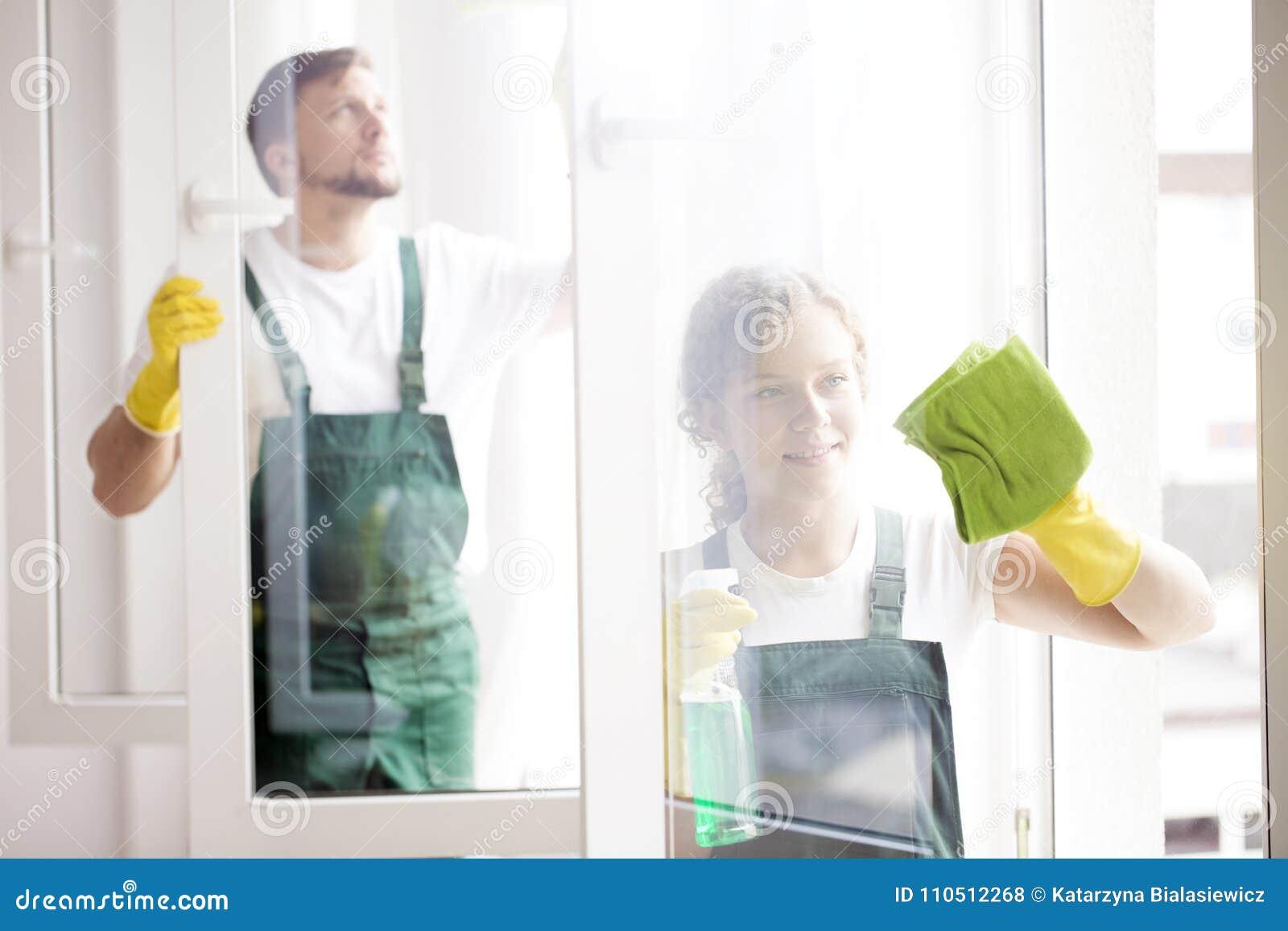 Pulitori professionali che puliscono le finestre