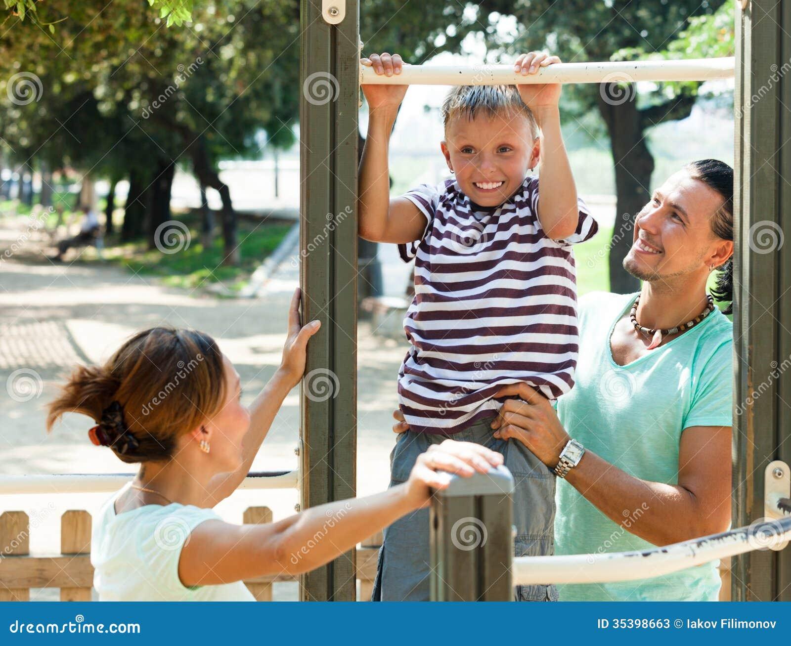 Смотреть мама при папе с сыном 5 фотография