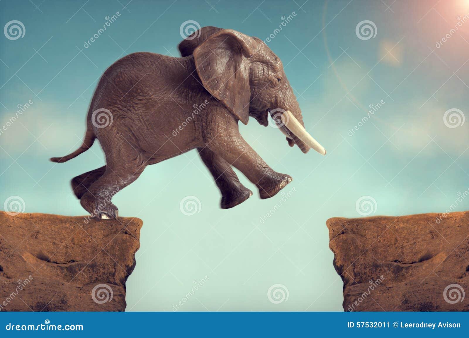 Pulo do elefante do conceito da fé que salta através de uma fissura