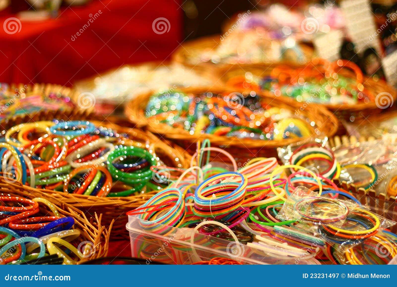 Pulseira coloridas de India no mercado de varejo