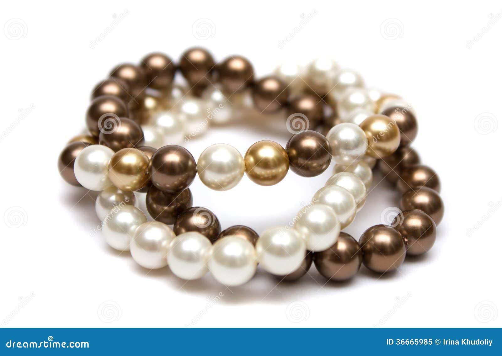 Pulsera de perlas marrones, amarillas y blancas.