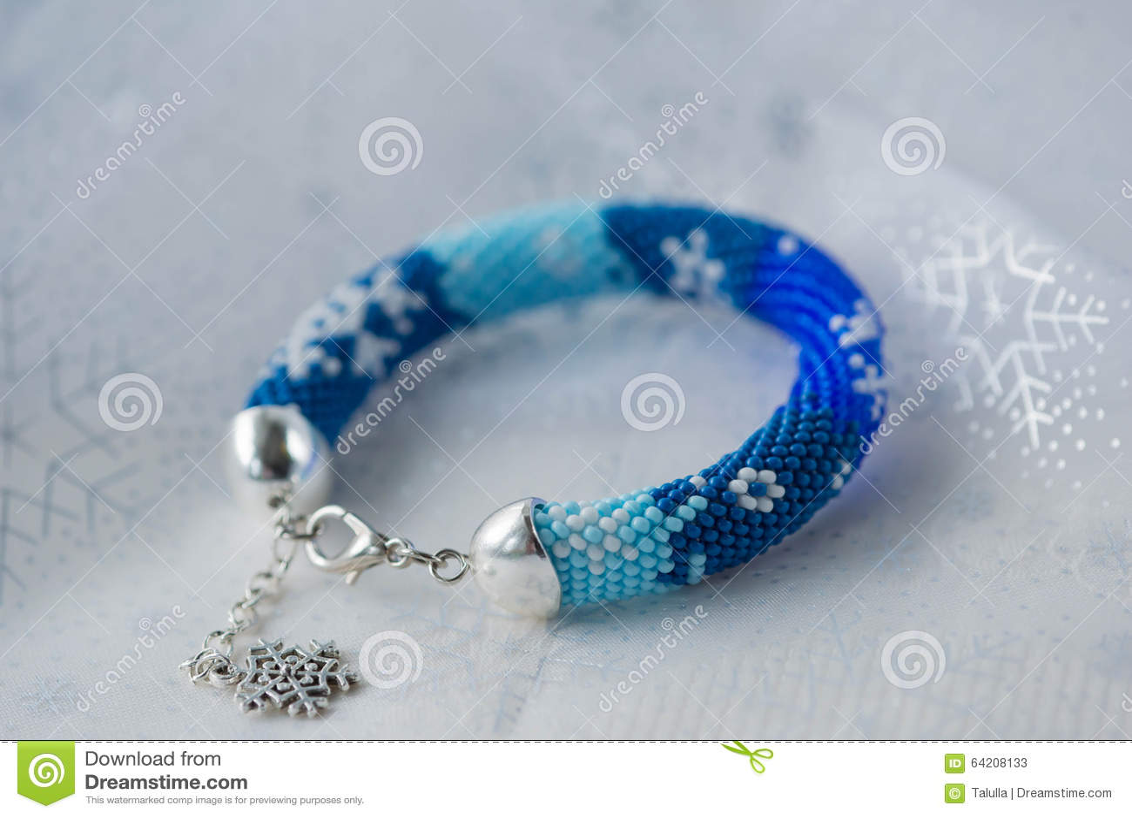 Pulsera moldeada hecha a mano con la imagen de copos de nieve