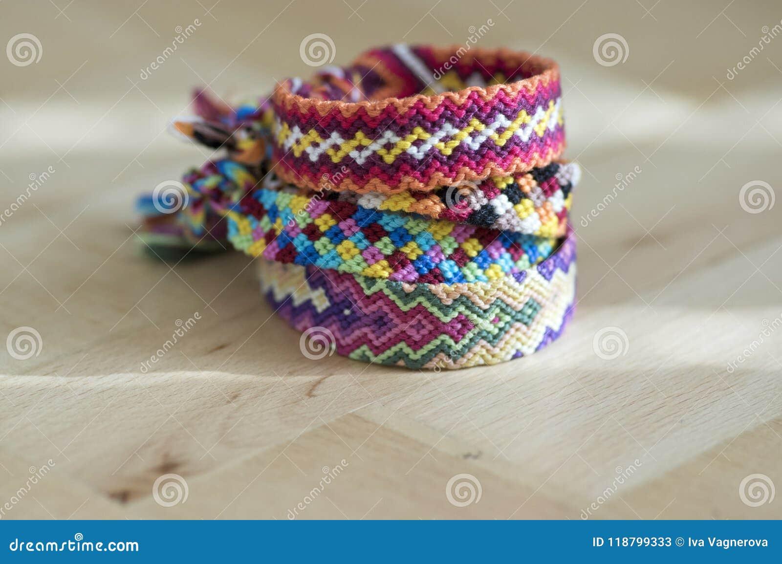 7f08b809aea0 Pulseras Tejidas Naturales Coloridas Hechas En Casa Hechas A Mano De ...