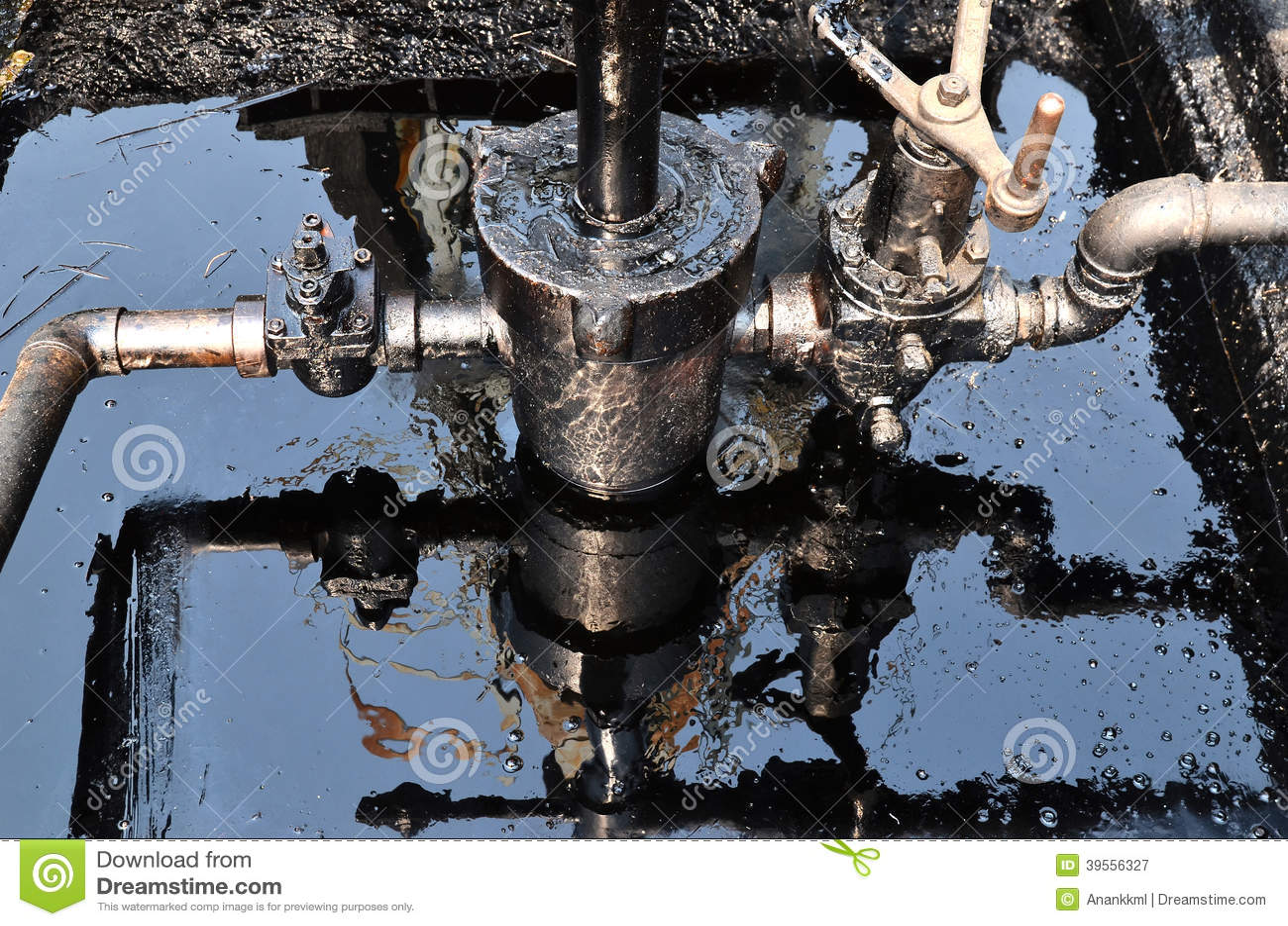 Pumpjack som pumpar råolja från den olje- brunnen
