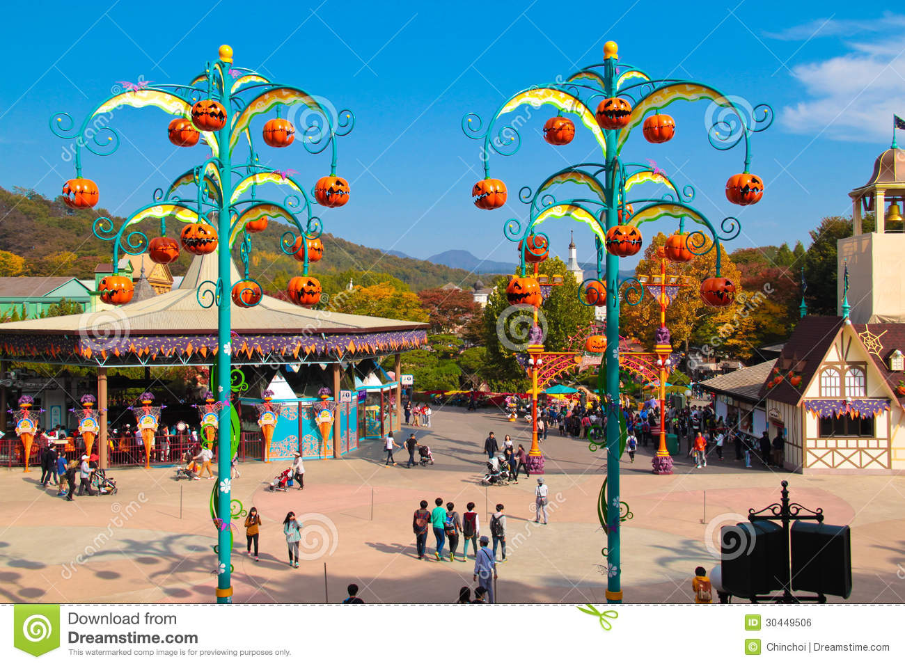 Pumpkin decorations during halloween season editorial for Amusement park decoration ideas
