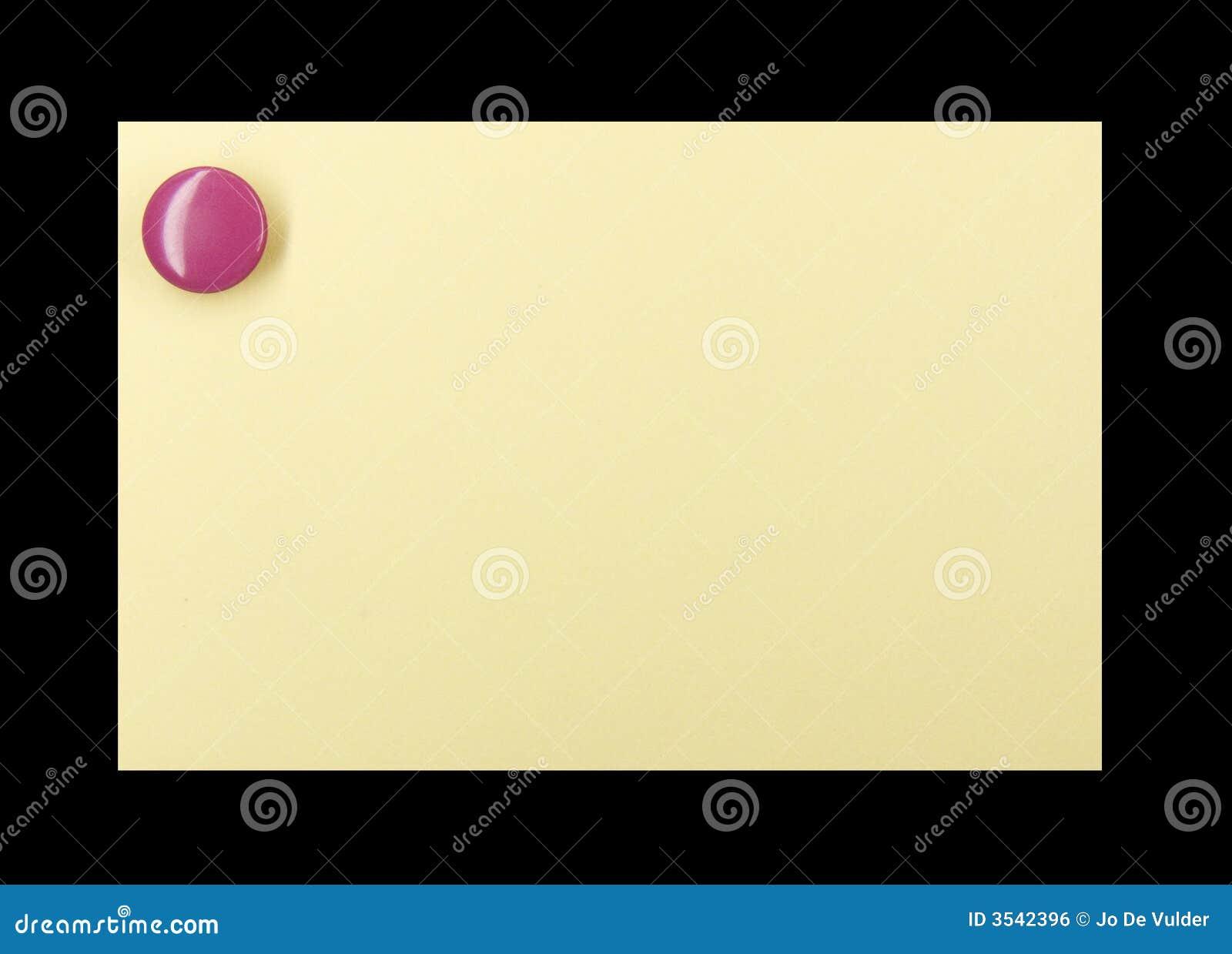 Punaise sur une note jaune