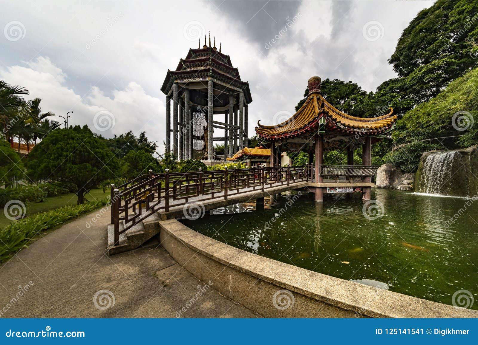 Pund och trädgård av den Kek Lok Si Buddhist templet