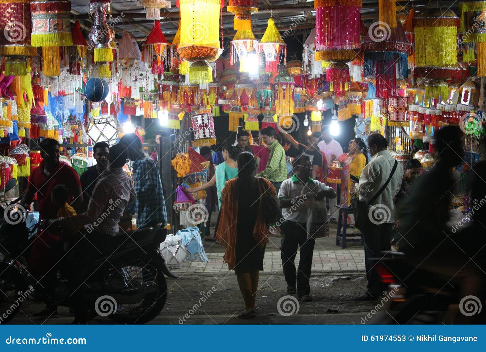 Pune, la India - 7 de noviembre de 2015: Gente en las compras de la India para el cielo