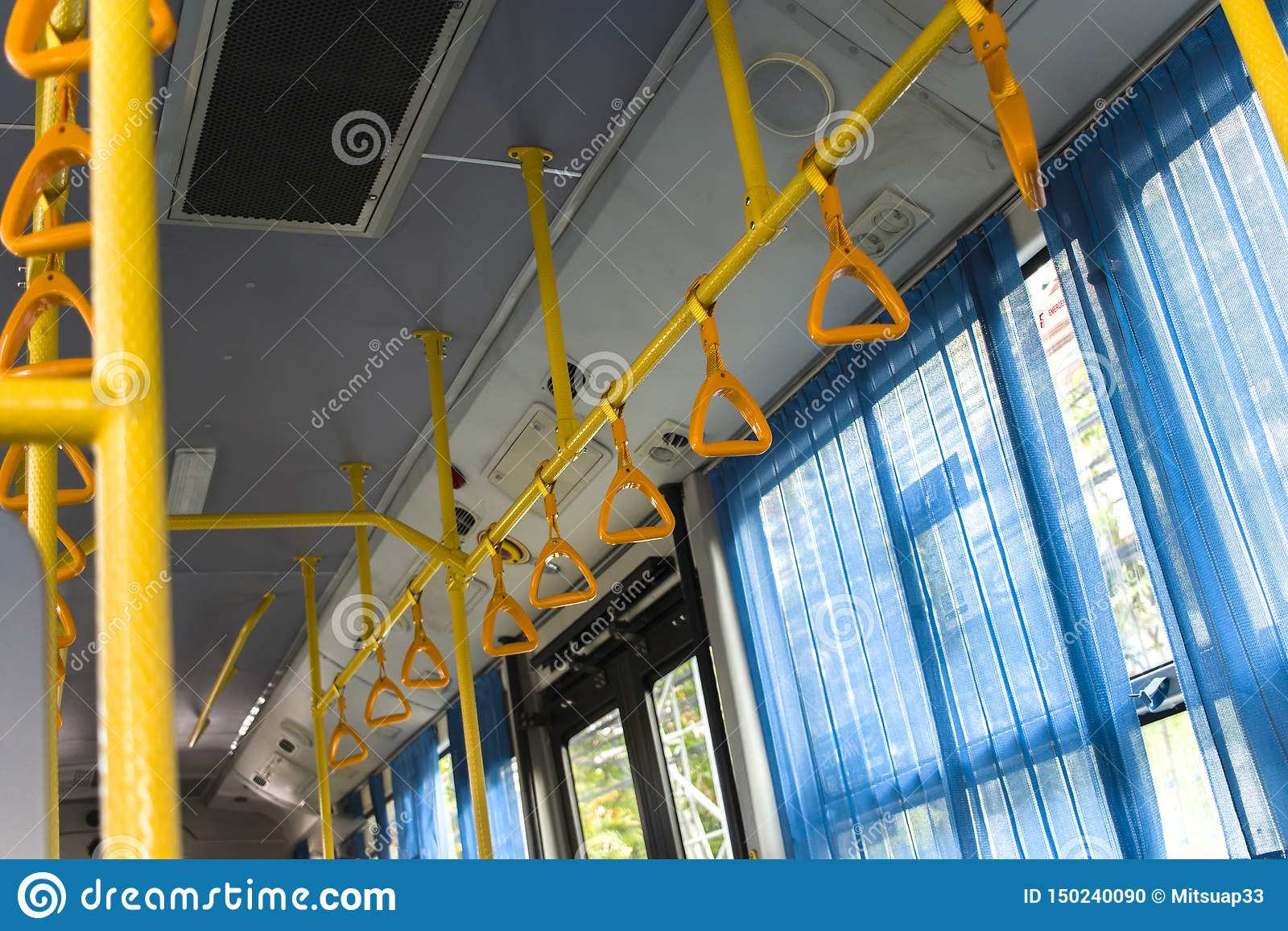 Punho de suspensão amarelo para passageiros de posição em um ônibus moderno Transporte suburbano e urbano