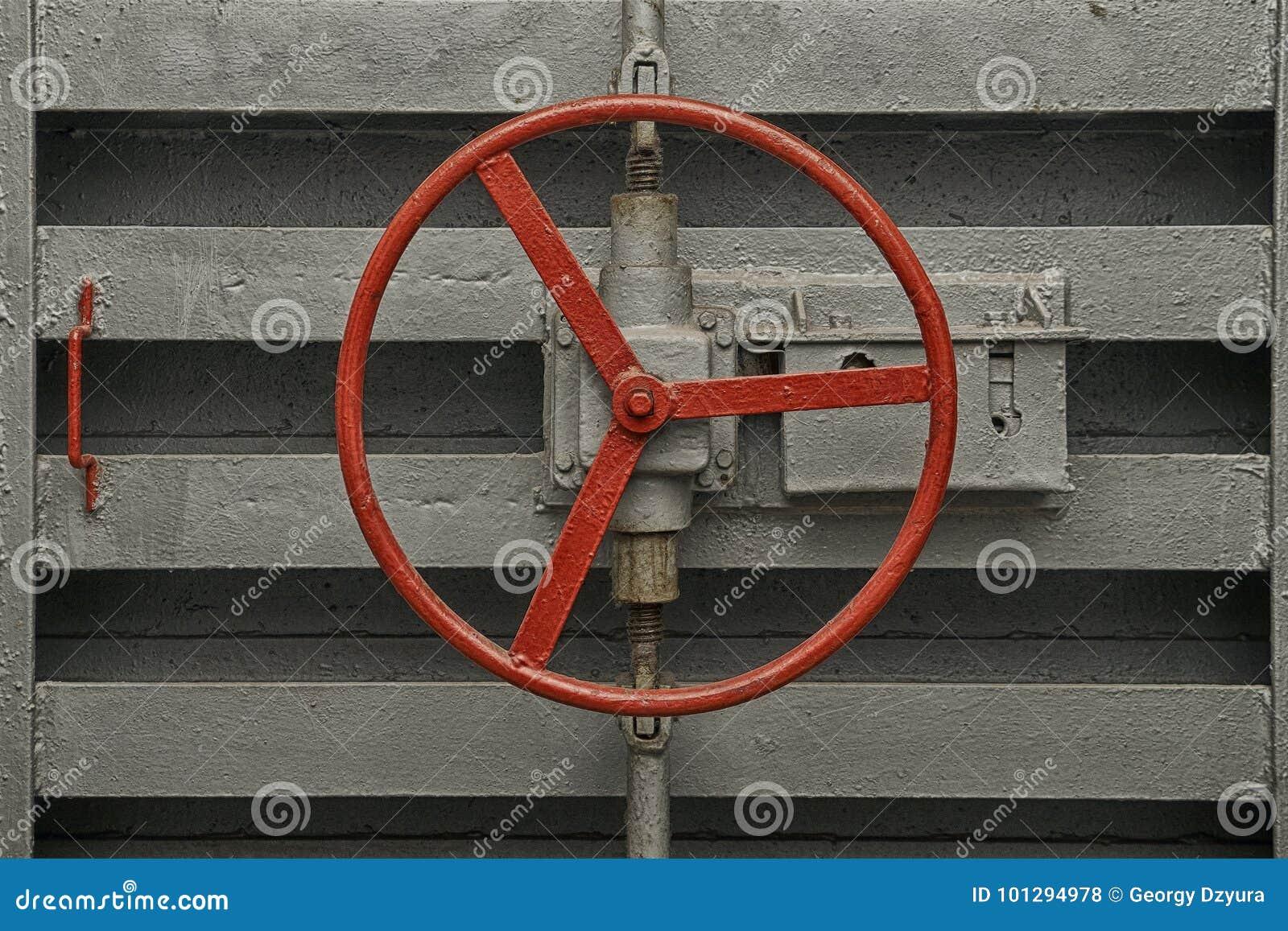 Punho redondo do fechamento da porta hermético do abrigo de bomba velho