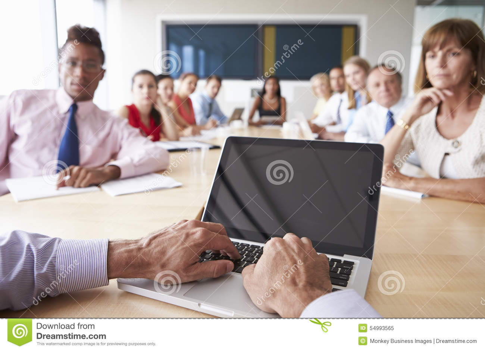 Punkt av siktsskottet av Businesspeople runt om styrelsetabellen