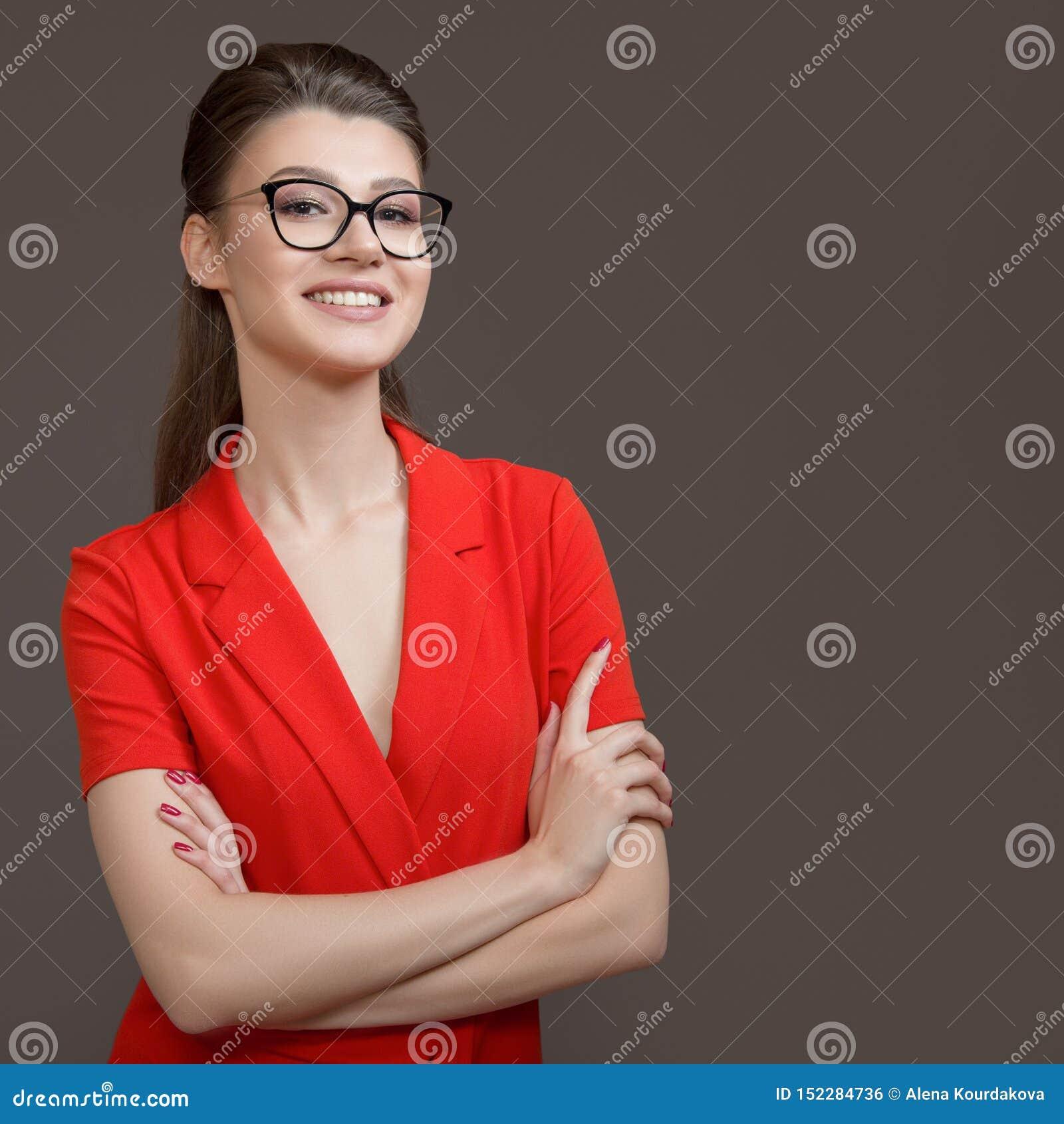 Punkter för affärskvinna till en tom bakgrund Stilfull ung kvinna med att le för exponeringsglas