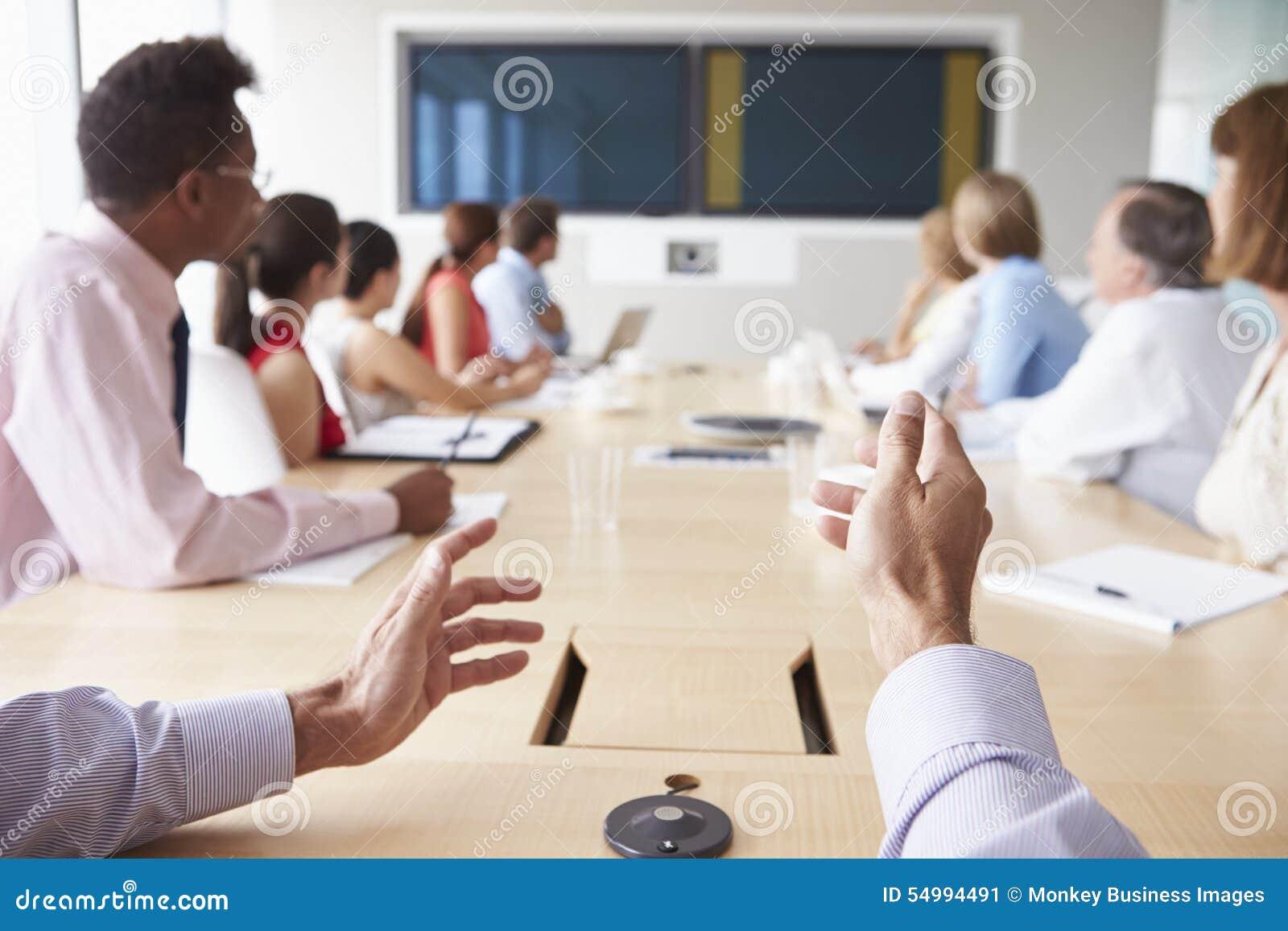 Punktu Widzenia strzał biznesmeni Wokoło sala posiedzeń stołu