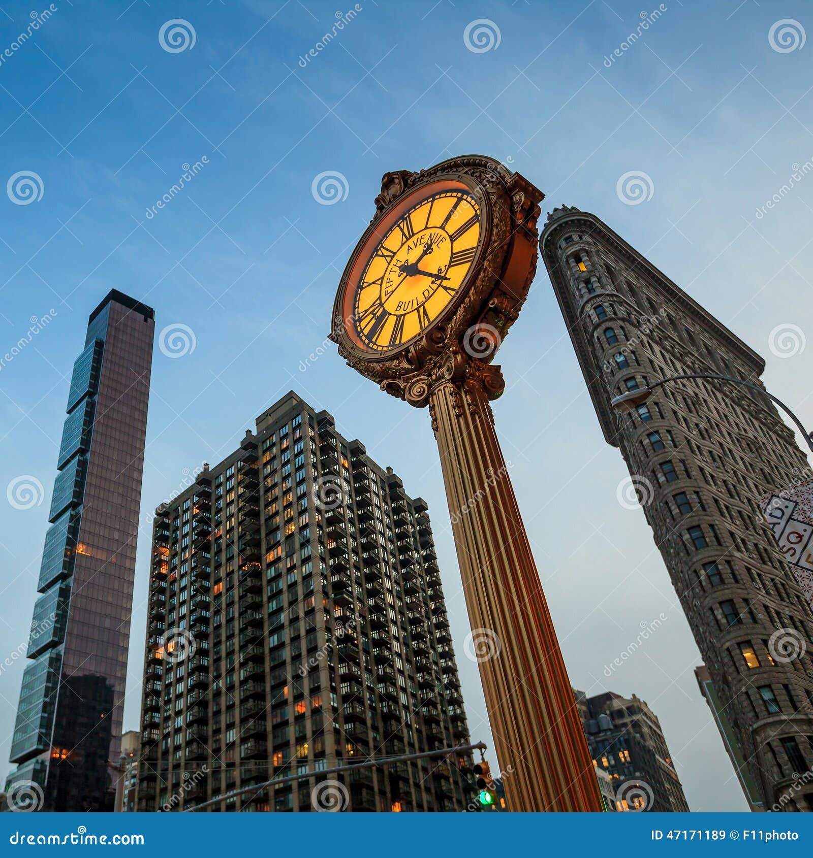 Punktu zwrotnego fifth avenue obsady żelaza chodniczka zegar