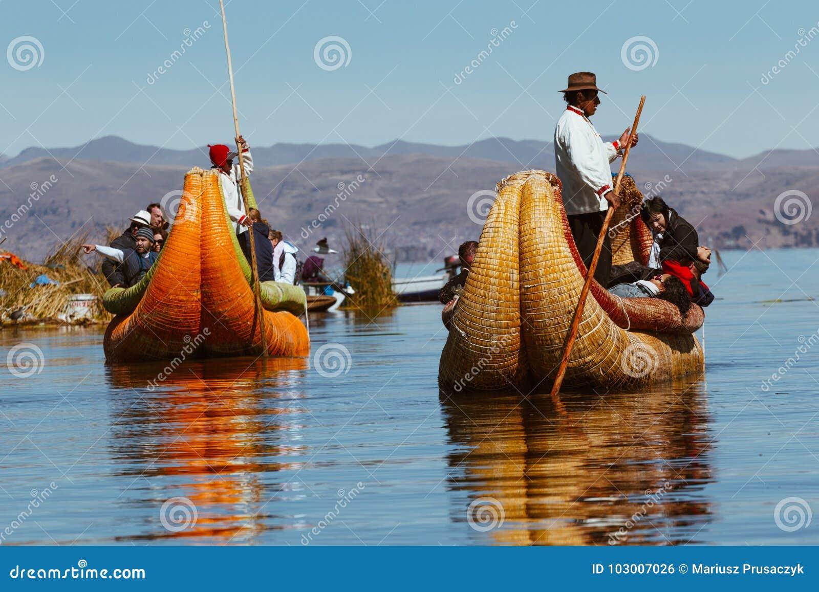 Puno Peru, Lipiec, - 30, 2017: Totora łódź na Titicaca jeziorze blisko