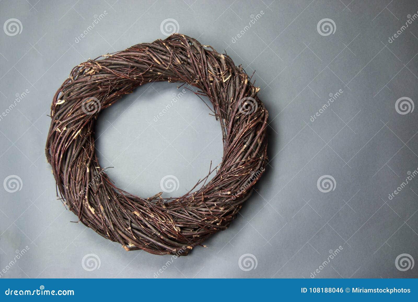 Puntello della foto del fondo di fantasia del nido dell uccello di Brown scuro isolato sul g