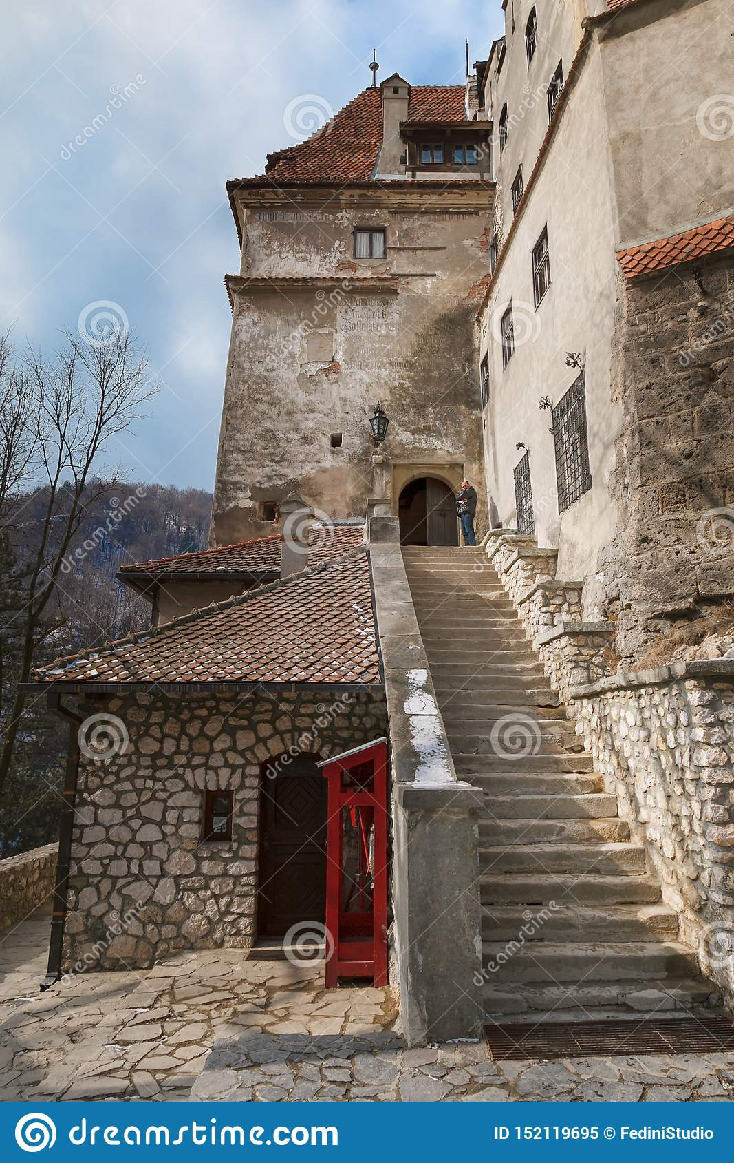 Punti di una scala di pietra che conduce al castello della crusca del Dracula medievale del castello in Romania