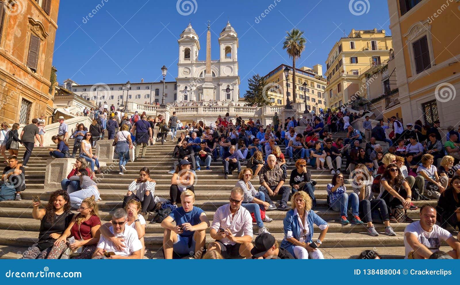 Punti spagnoli e turisti a Piazza di Spagna a Roma, Italia