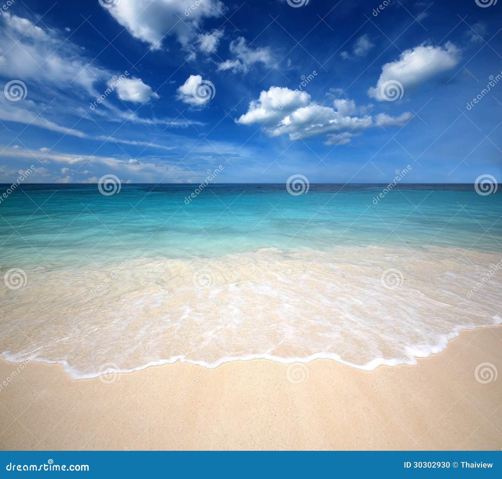 Punto de vista de la naturaleza del paisaje de Tailandia del cielo azul de la playa del sol del arena de mar