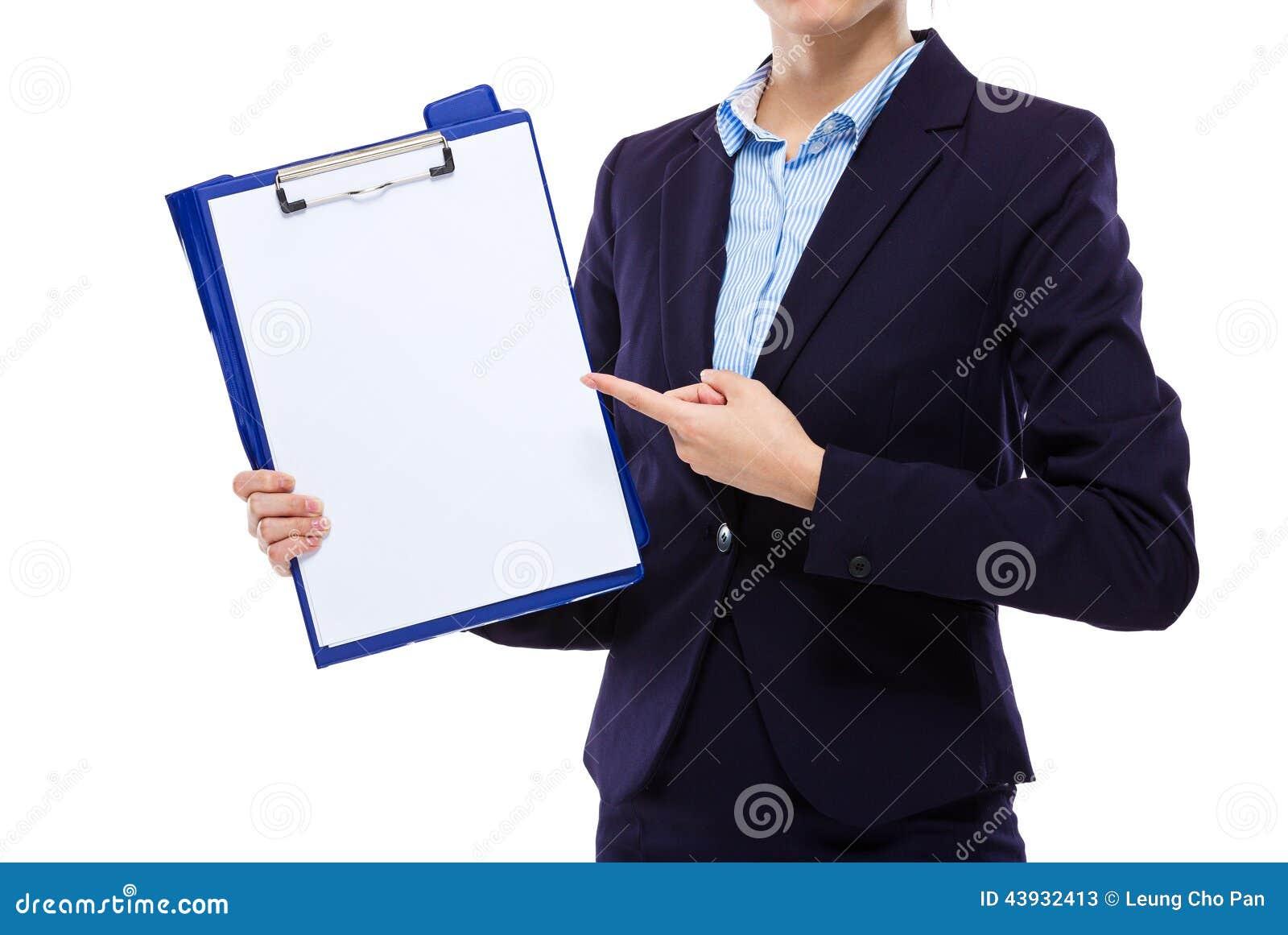 Punto del dito della donna di affari a carta in bianco della lavagna per appunti