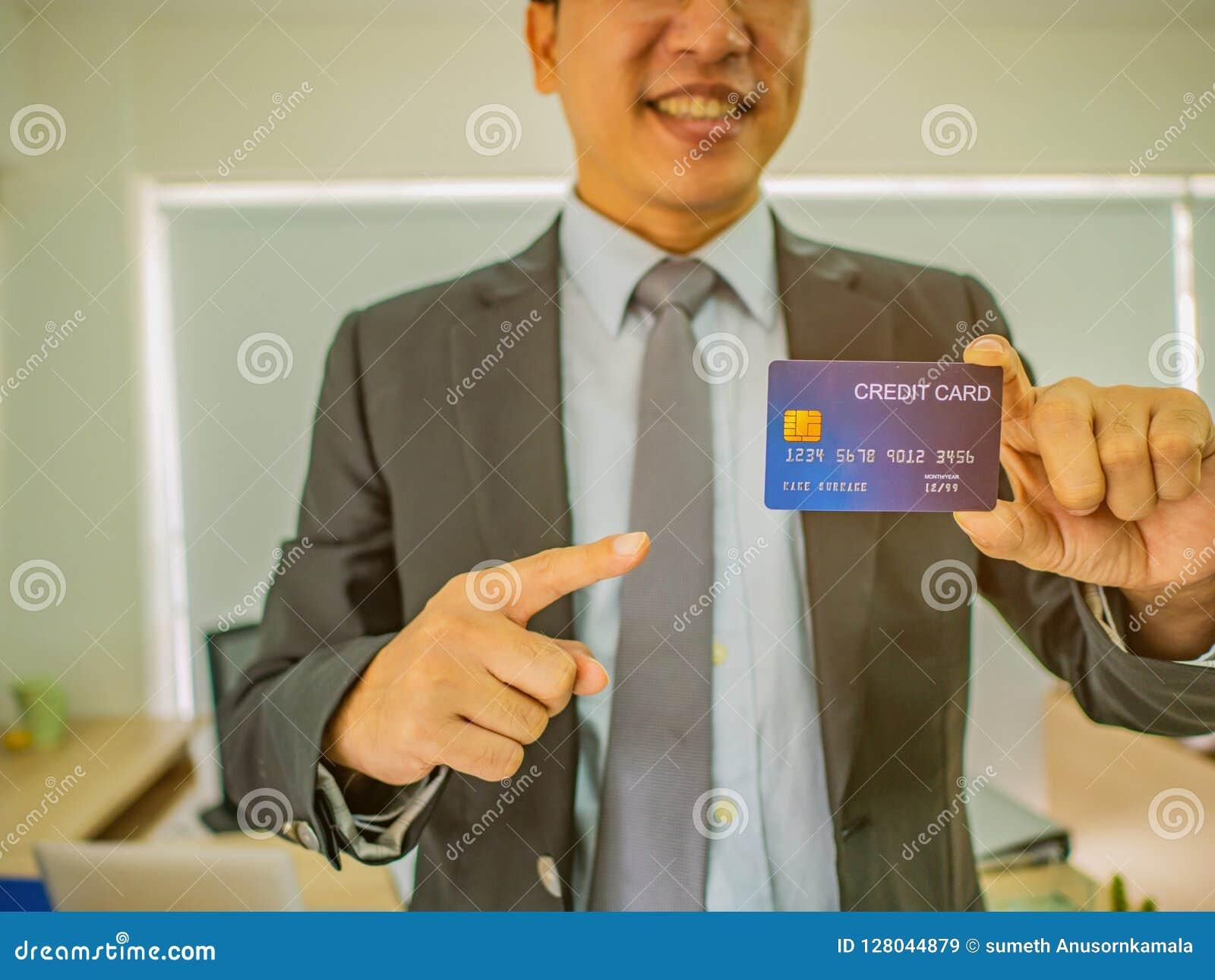 Punto dell uomo di affari alla carta di credito