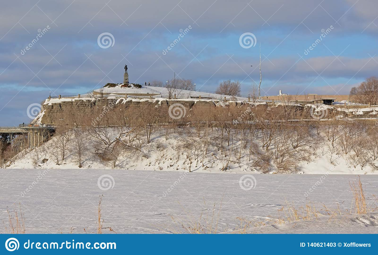 Punto di Nepean lungo il fiume di Ottawa, coperto in neve un giorno di inverno freddo