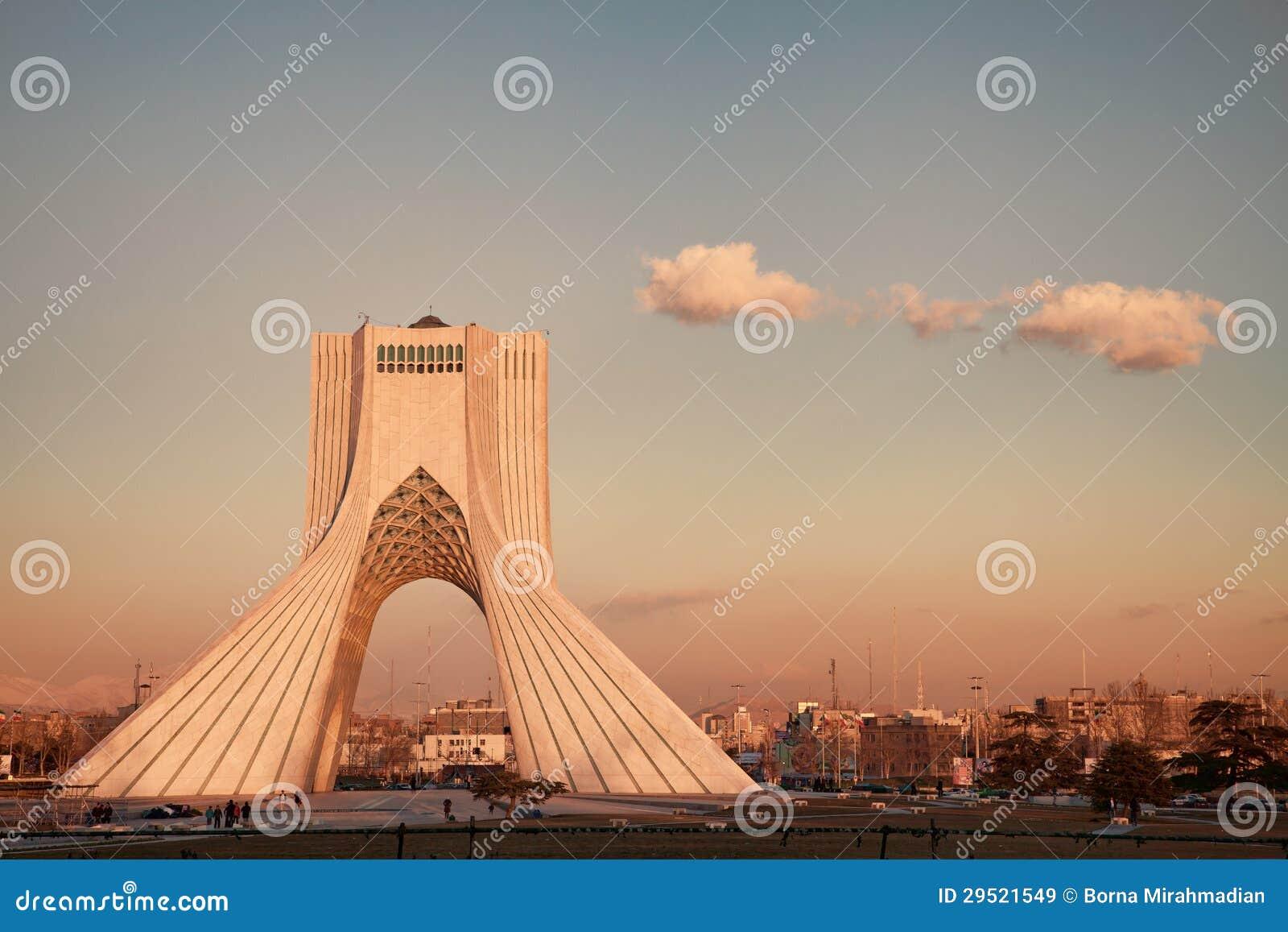 Punto di riferimento di Teheran nel tramonto