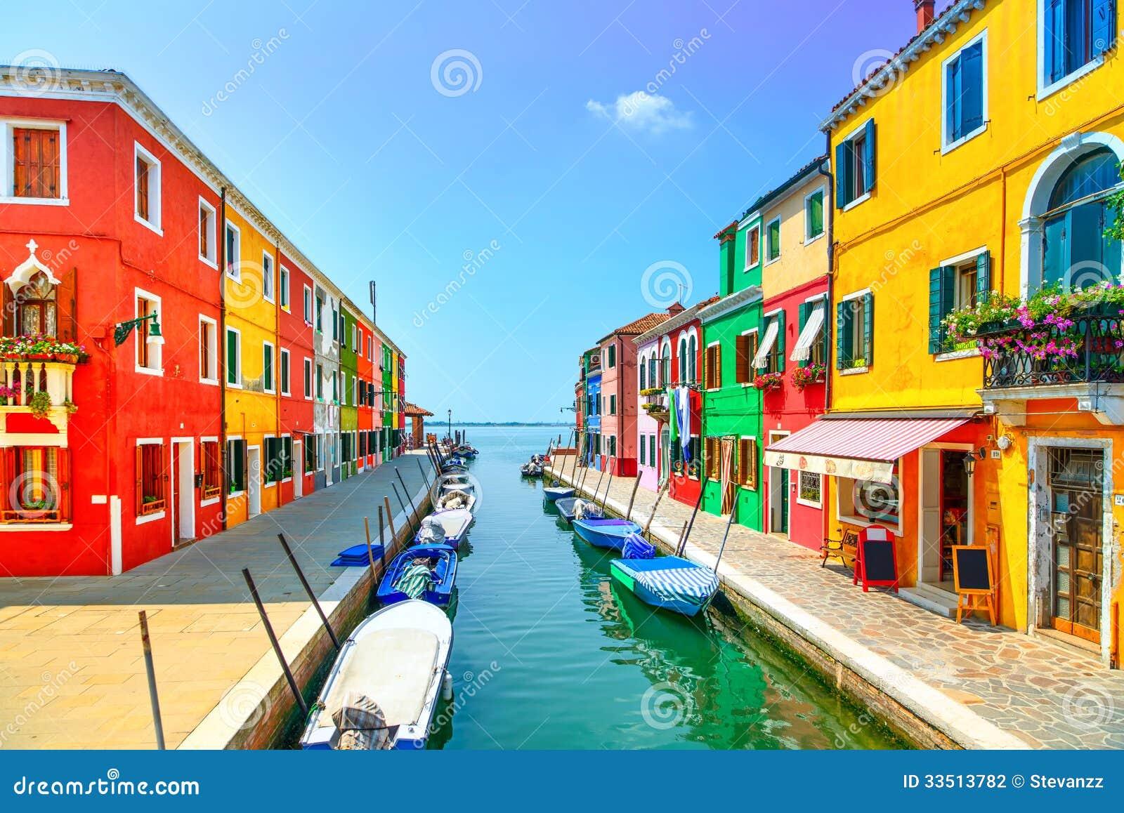 Punto di riferimento di Venezia, canale dell isola di Burano, case variopinte e barche,