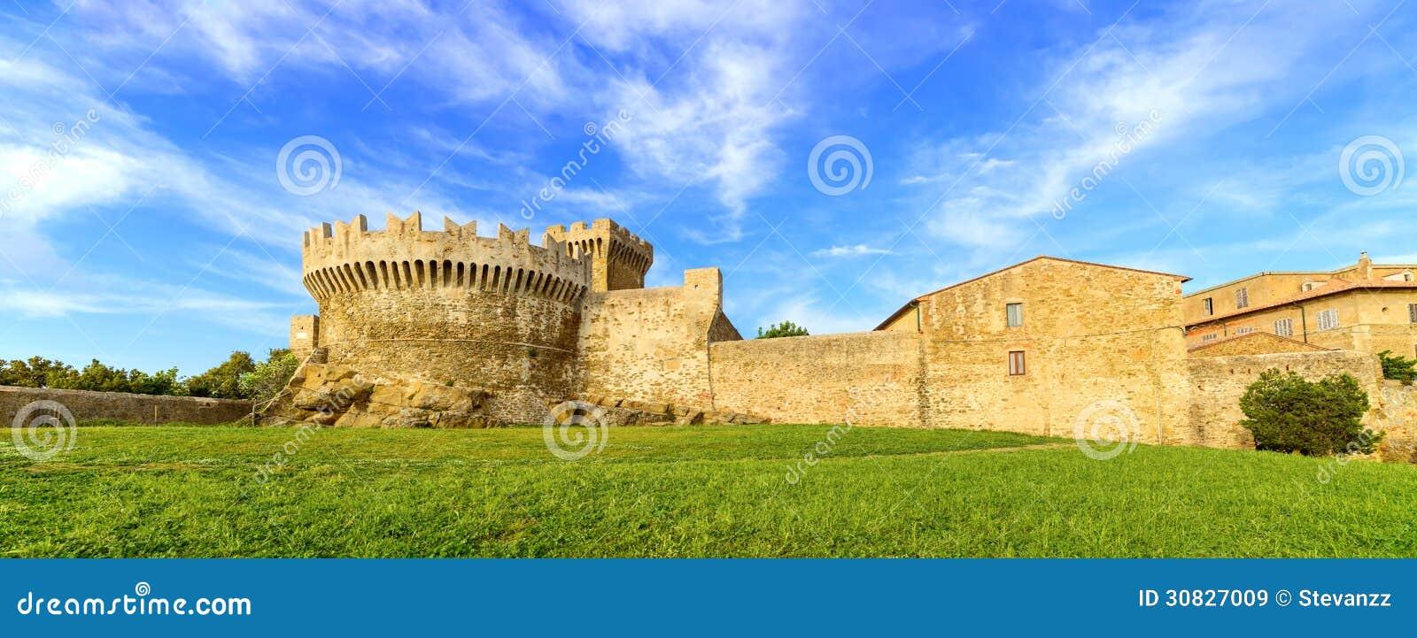 Punto di riferimento, mura di cinta e torre medievali del villaggio di Populonia. La Toscana, Italia.