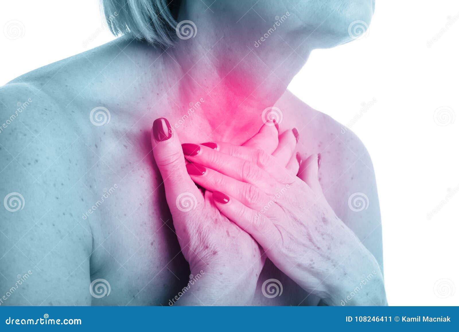 Punto di vista del primo piano della donna adulta con la ghiandola tiroide isolata su fondo bianco