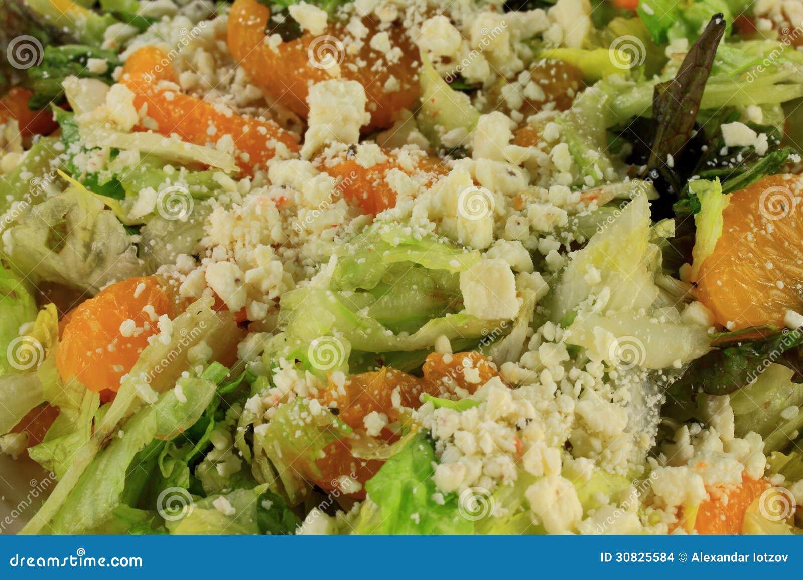 Punto di vista del primo piano della lattuga dell insalata, mandarini, feta